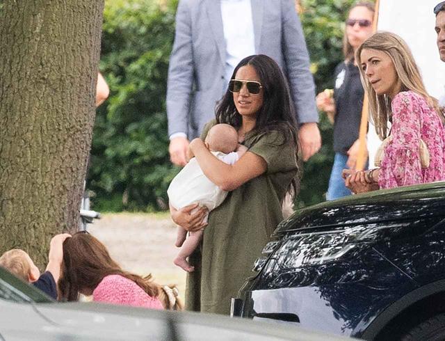画像1: メーガン妃、アーチーと親子でポロ観戦