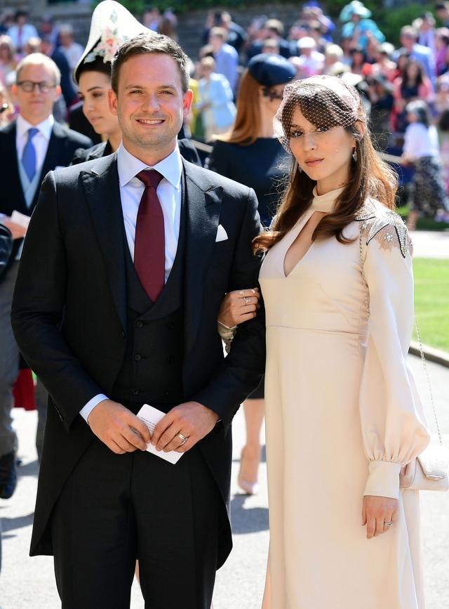 画像: メーガン妃の「もう1人の夫」と称されるパトリックは2018年に行なわれたメーガン妃とヘンリー王子のロイヤル・ウェディングにも招待。当時妊娠を秘密にしていたトローヤンも同伴した。