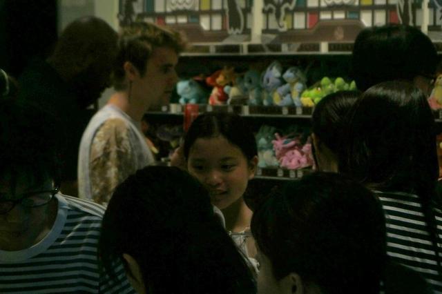 画像: ポケモンのぬいぐるみを子供たちにまじって吟味するジャスティン。