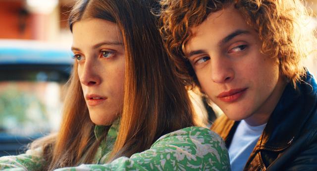 画像2: 双子との恋の情事シーン