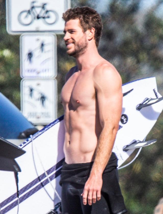 画像: 8月6日に撮影された、地元オーストラリアで友人と一緒にサーフィンを楽しむリアムの写真では、彼の左手薬指から、それまで着用していた結婚指輪が消えていた。