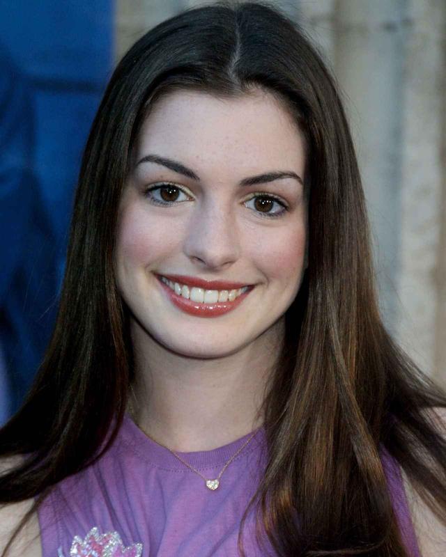画像: 2001年に撮影された当時18歳のアン・ハサウェイ。