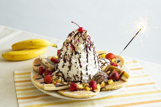画像1: 巨大バナナスプリットパンケーキがEGGS 'N THINGSに登場