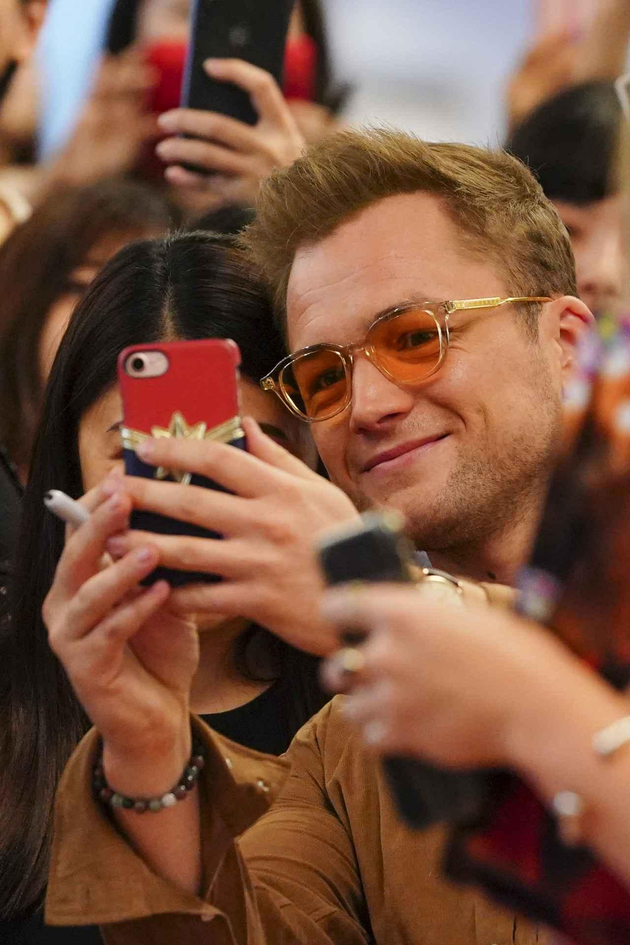 画像2: 日本製のサングラスでファンの前に登場