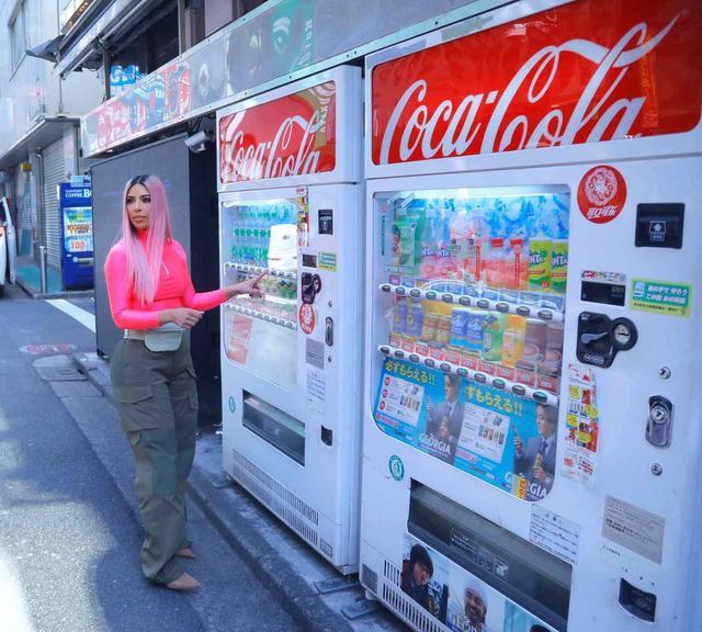 画像: リアリティスターのキム・カーダシアンも2018年春に来日した際には、自販機に興味深々だった。
