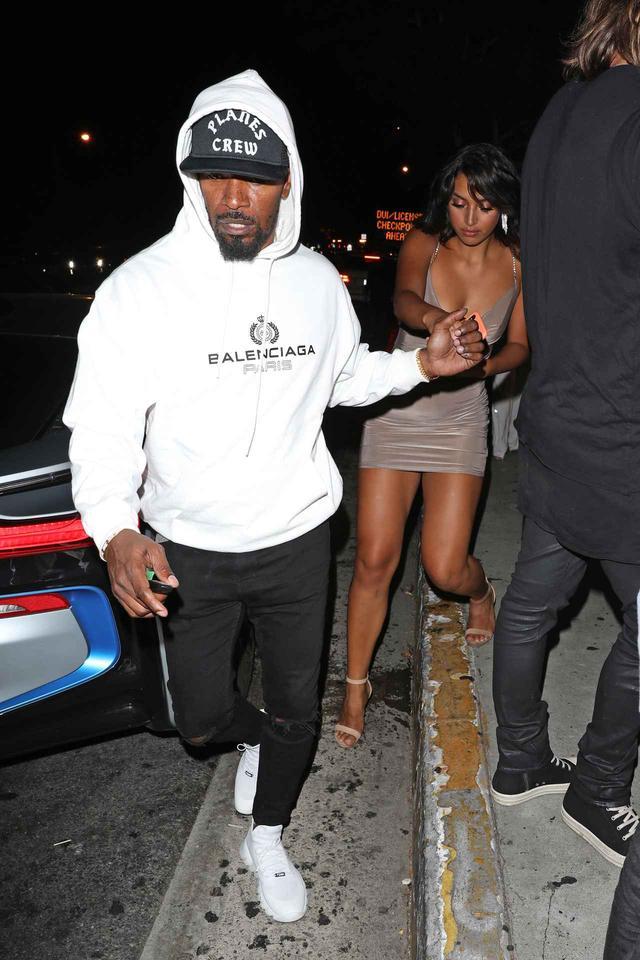 画像: ナイトクラブ前でセラの手を取るジェイミーの姿が激写された。