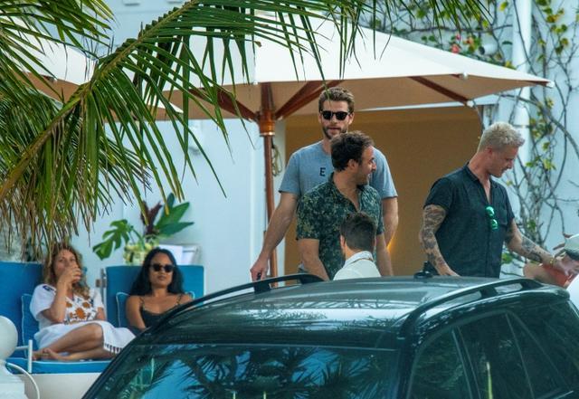 画像: 友人たちとバーへ出かけたリアム。