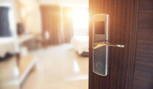 画像: 2 寝室のドアを開ける、もしくは閉める