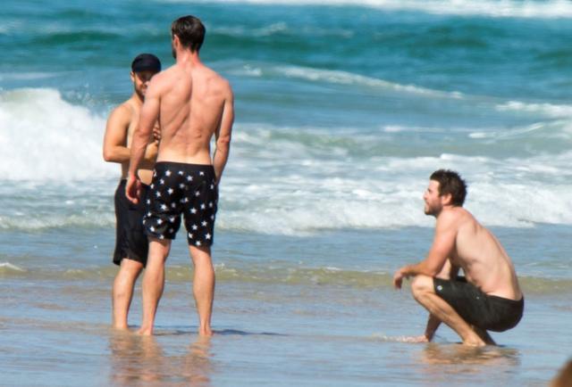 画像: 星柄の水着がクリス。しゃがんでいるのがリアム。