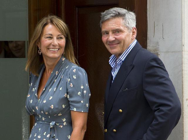 画像: キャサリン妃の父マイケル(右)と母キャロル・ミドルトン(左)。