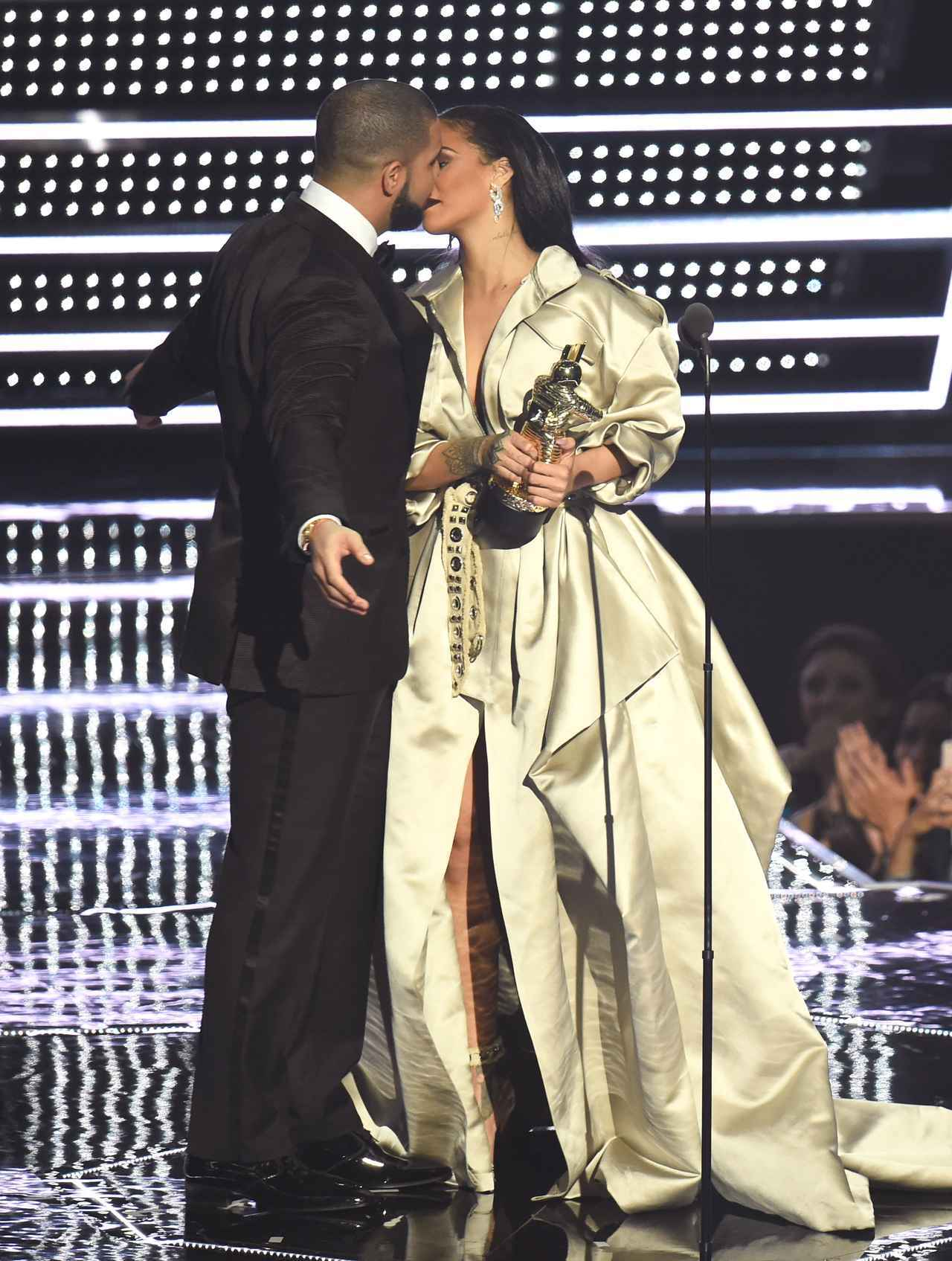 画像1: ドレイク&リアーナが舞台で交際アピール?