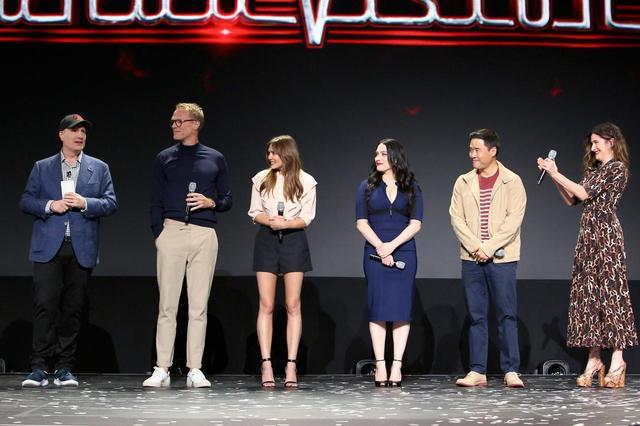 画像: ファイギ社長と『ワンダヴィジョン』のキャスト。(左から)ポール・ベタニー、エリザベス・オルセン、カット・デニングス、ランダル・パーク、キャサリン・ハーン