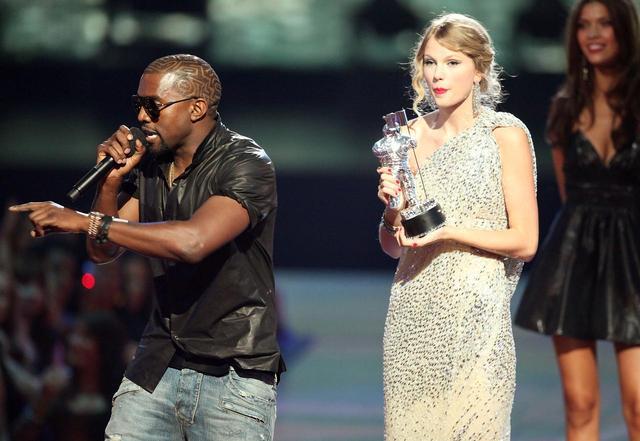 画像: 2009年のVMAにて。受賞スピーチを行なっている最中に、突如ステージに乱入してきたカニエにマイクを奪われ、ただぼう然と立ち尽くすテイラー。