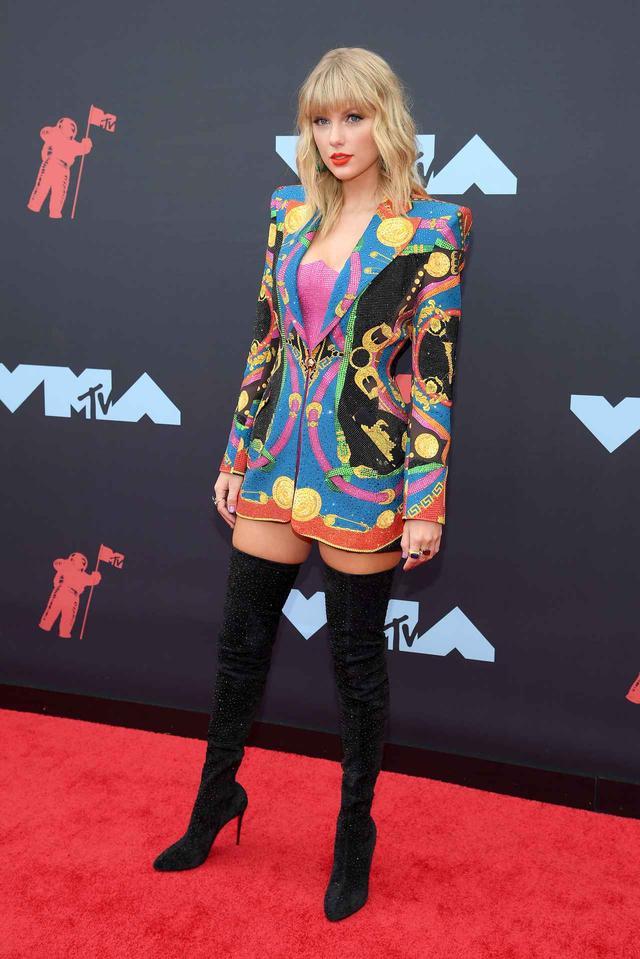 画像1: VMAではお馴染みのド派手な衣装が今年も健在