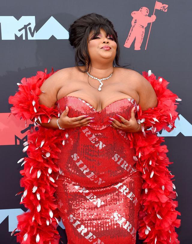 画像: VMAのレッドカーペットに登場したリゾ。
