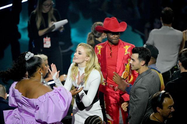 画像: 会場内にて。シンガーのリゾと興奮気味に話すソフィー。後ろにはジョーとリル・ナズ・Xの姿が。