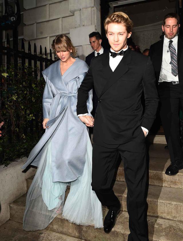 画像: 2019年2月に行なわれた英国アカデミー賞のアフターパーティーを後にするテイラーとジョー。