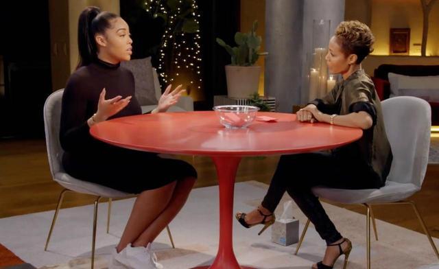 画像: 知人であるジェイダ(右)のトーク番組で騒動について説明するジョーディン(左)。©Red Talk Table/Facebook