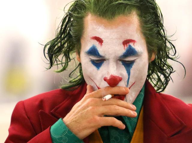 ジョーカー』最終予告が公開、なんとキスシーンからバットマン父