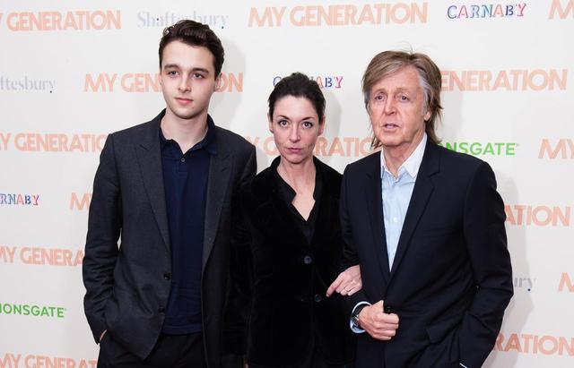 画像: ポールの孫の1人であるアーサー・ドナルドとアーサーの母でポールの娘であるメアリー・マッカートニー。