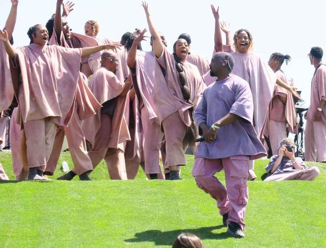 画像: 音楽祭コーチェラで開催された日曜礼拝の様子。