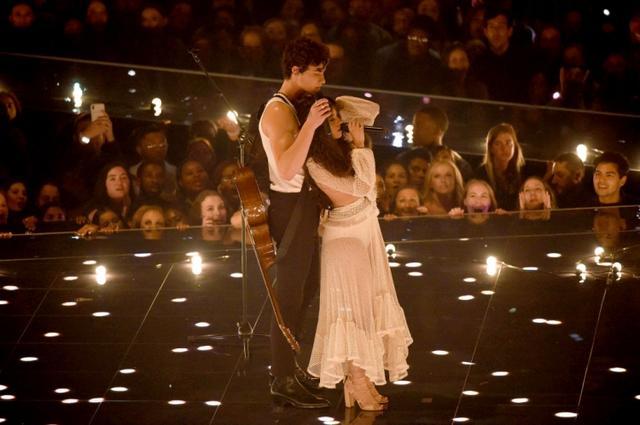画像: MTV ビデオ・ミュージック・アワードで「セニョリータ」を初パフォーマンスしたカミラ&ショーン。