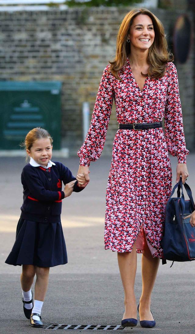 画像: キャサリン妃に手を引かれて学校へとやって来たシャーロット王女。