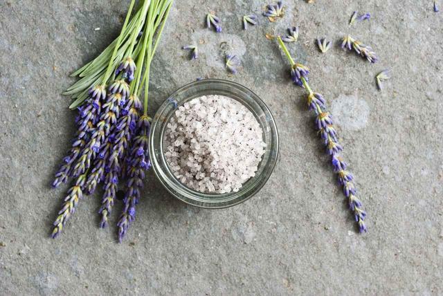 画像: ラベンダーの香りのエプソムソルト