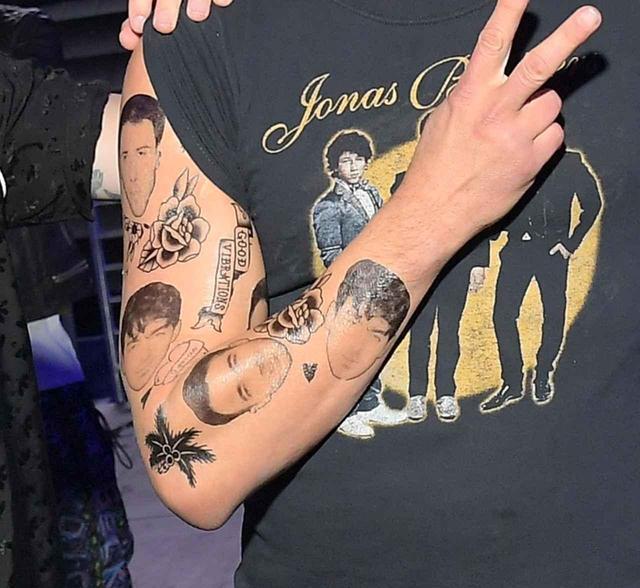 画像: もっとも最近では、ジョンがジョナス・ブラザーズの顔面タトゥーのシールを貼ってジョナス・ブラザーズのライブパフォーマンスに駆けつける…という手の込んだ「好き好き合戦」を繰り広げている。