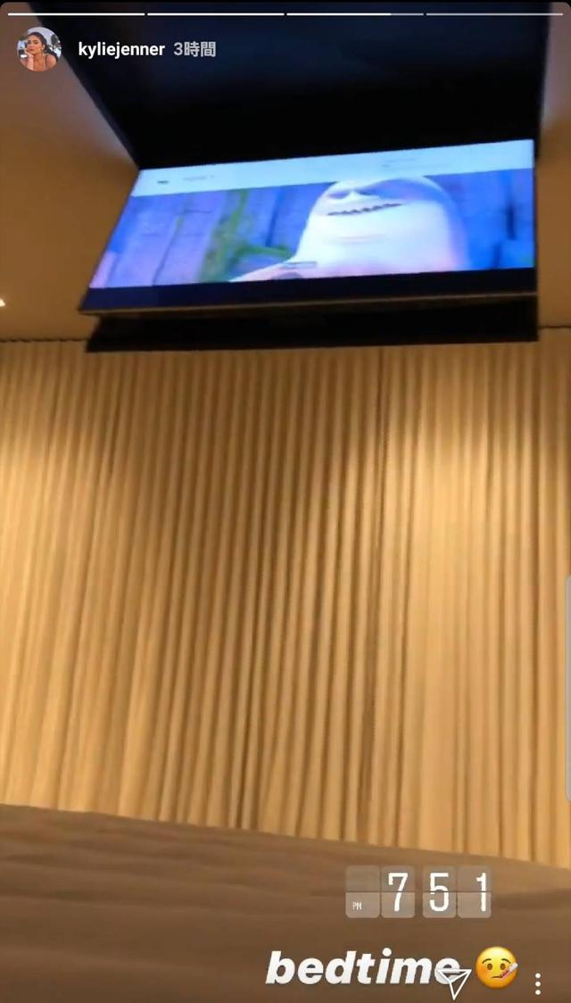 画像3: カイリーの自宅のテレビの位置に注目