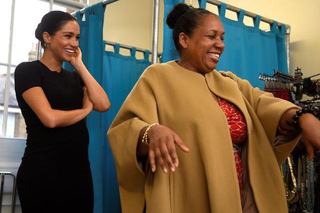 画像: 妊娠中だった2019年1月にスマート・ワークスの施設を訪問し、クローゼットにあるアイテムで利用者の就活服をコーディネートしたメーガン妃。