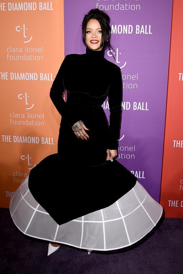 画像: クララ・ライオネル基金の年次パーティー「ダイヤモンド・ボール」のレッドカーペットに登場したリアーナ。