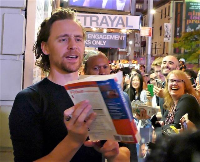画像: 『Betrayal(背信)』の公演後、観客たちと会場外で交流するトム。