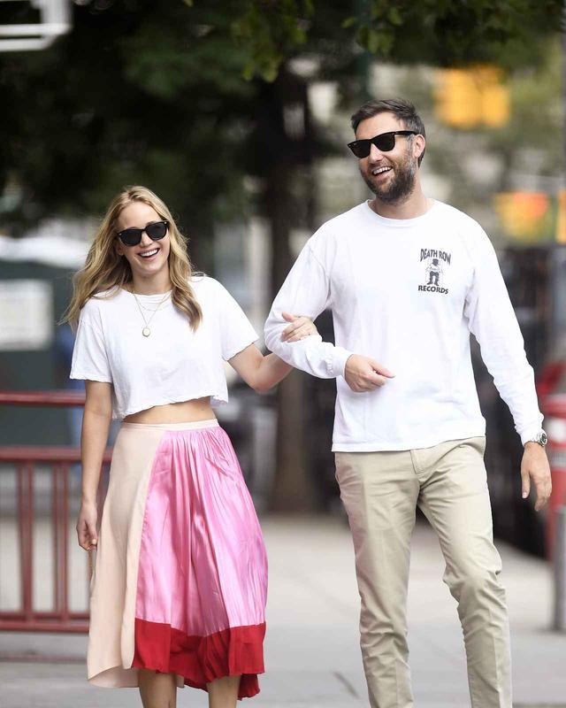 画像: つい先日、ニューヨーク市内でデートをしているところを 目撃された ジェニファーとクック。