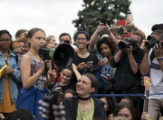 画像: 米ワシントンD.C.のホワイトハウスの前で行なわれたストに参加したグレタ・トゥンベリ。