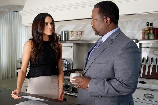 画像: メーガン妃演じるレイチェルとウェンデル演じるその父親。©MARK HOLZBERG/USA NETWORK/NBCU PHOTO BANK
