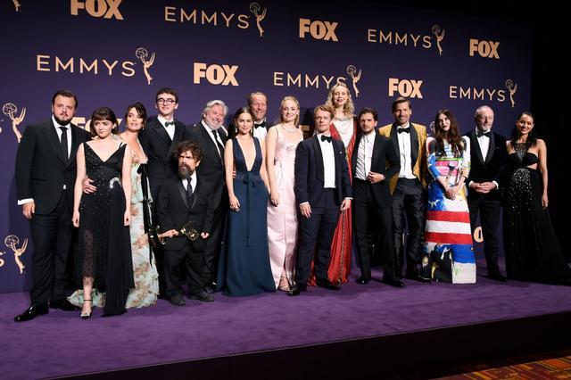 画像: 受賞後、バックステージのプレスルームに登場したキャストたち。