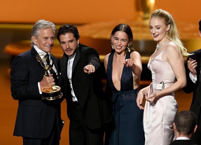 画像: 左から、プレゼンターを務めた俳優のマイケル・ダグラス、そしてキット・ハリントン、エミリア・クラーク、ソフィー・ターナー。