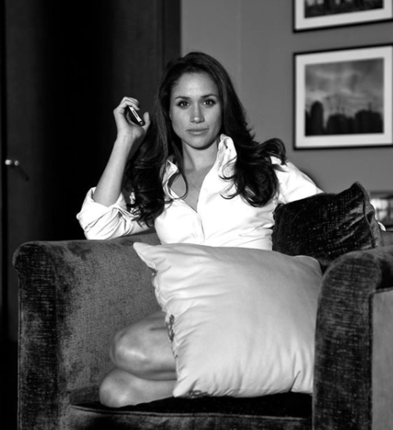 Images : 4番目の画像 - メーガン妃が床に寝っ転がる!バスローブ姿になる!俳優仲間がお宝写真を大量公開 - フロントロウ -海外セレブ情報を発信
