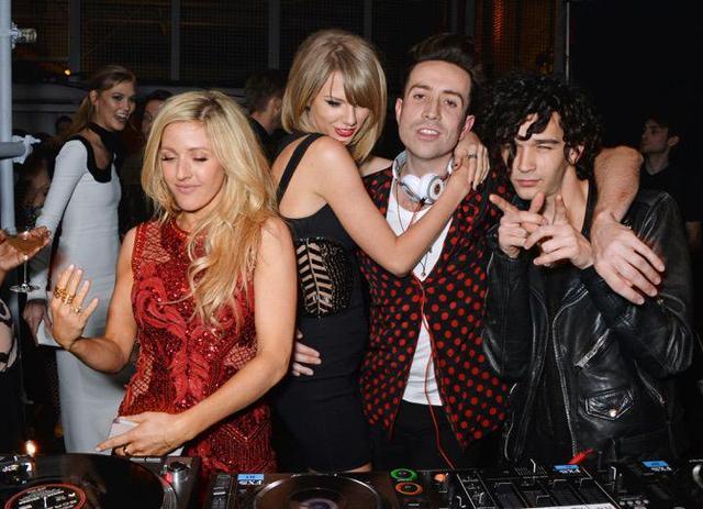 画像: 2015年当時、英ユニバーサル・ミュージックのアフターパーティーにて 左からエリー・ゴールディング、テイラー・スウィフト、ニック・グリムショー、マシュー・ヒーリー twitter.com