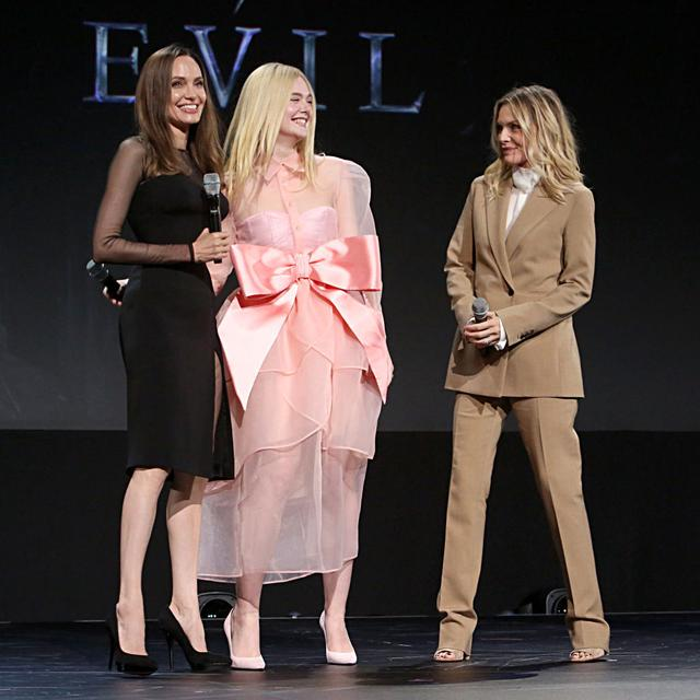 画像: ディズニーの大型ファンイベント「D23 Expo」で行なわれた『マレフィセント2』の特別プレゼンテーションに登場したマレフィセント役のアンジェリーナ、オーロラ役のエル・ファニング、イングリス王妃役のミシェル・ファイファー。