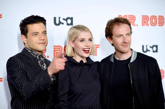 画像: 『MR.ROBOT / ミスター・ロボット』ファイナルシーズンのプレミアには、ラミと恋人のルーシー・ボイントンに並んでジョーの姿も。