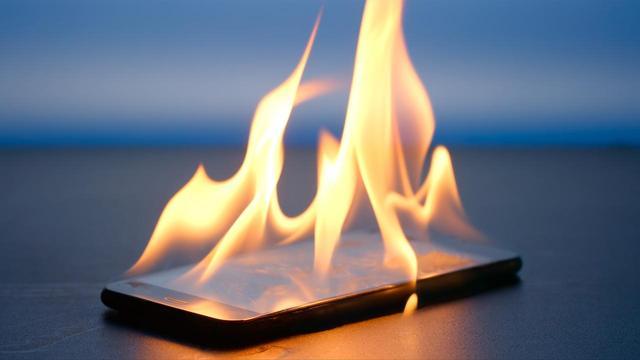 画像: スマホが発火する事件が世界で多発