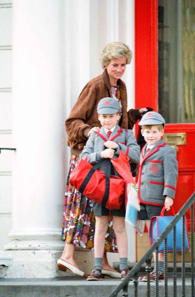 画像: 右からヘンリー王子、ウィリアム王子、ダイアナ元妃。