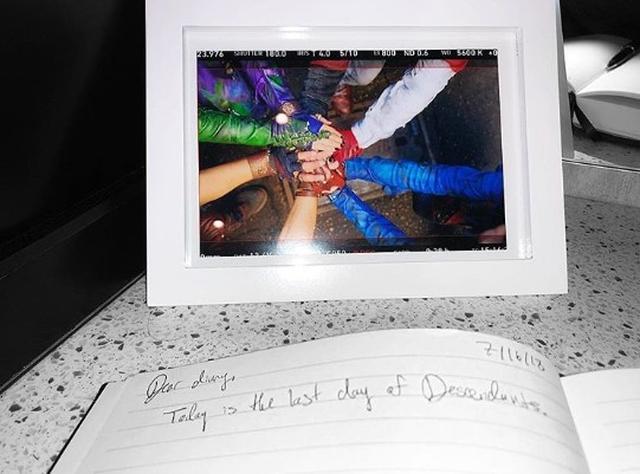画像: ダヴはヴィラン・キッズで円陣を組んで手を合わせるシーンの写真を額に入れて飾っている。©Dove Cameron