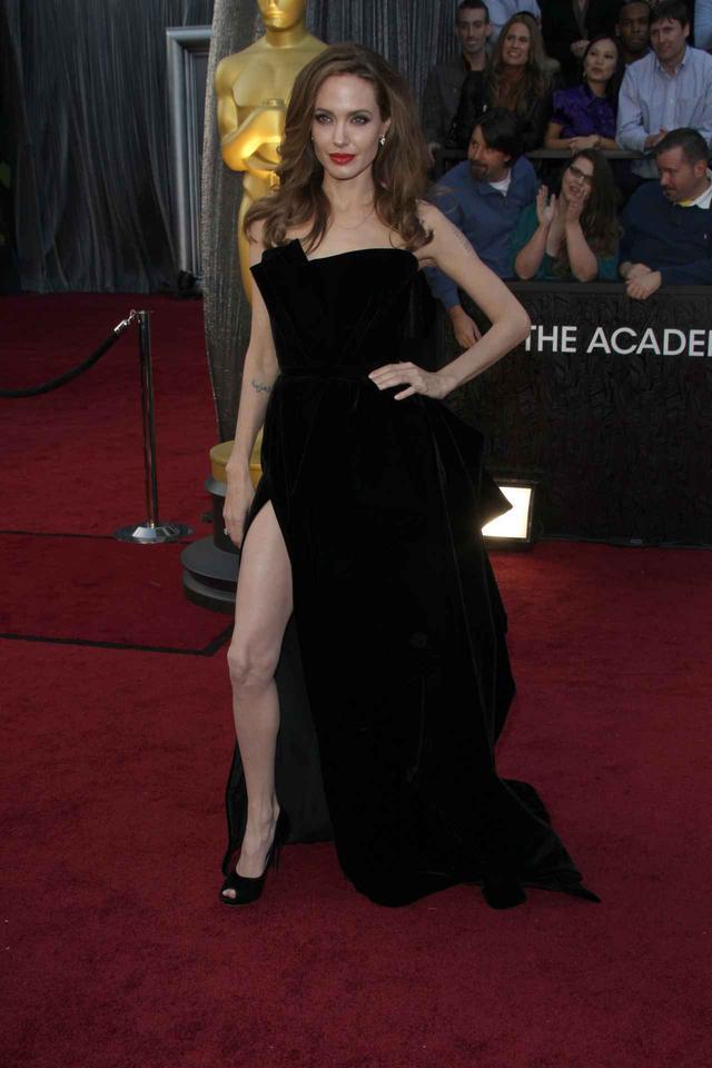 画像1: アンジェリーナがドレスについて語る