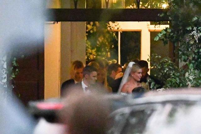 画像: 結婚式の会場外で激写された、新郎&新婦のジャスティンとヘイリーの姿。 twitter.com