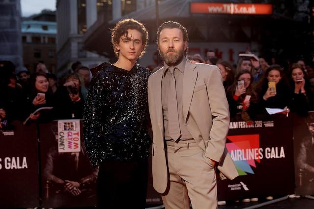画像: ティモシーと監督を務めた俳優のジョエル・エガートン