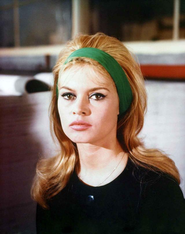 画像: 大ぶりヘアバンドを着用した若かりし頃のブリジット・バルドー