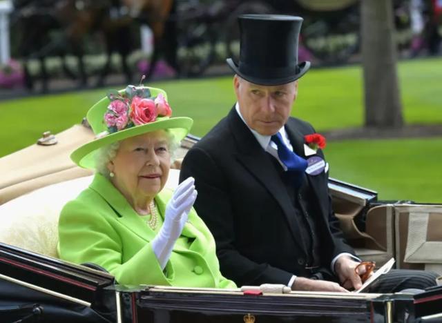画像: エリザベス女王と甥のスノードン伯爵(2代目)